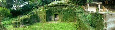 Esta es una típica tumba okinawense que difiere de la típica tumba japonesa. En ésta se encuentran las cenizas de todos los miembros de la familia, generación por generación.