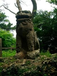 Según me dijeron es el shisa más antiguo de Okinawa, unos 400 años más o menos y está por la zona de Ozato