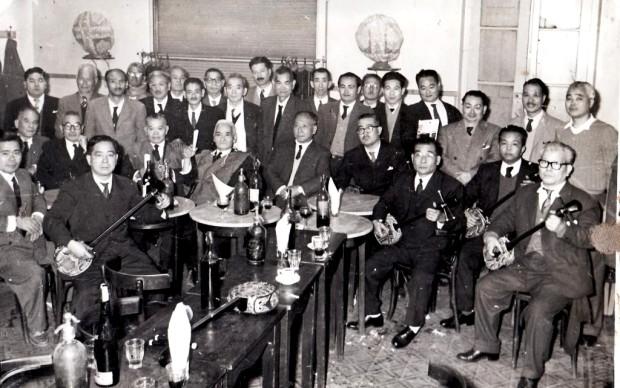 Juntada de okinawenses que iban a escabiar y tocar sanshin. El legendario Bar Tokyo Norte de Santa Fe, el último bar japonés que todavía está en pie en la ciudad. Está en Avenida Rivadavia enfrente de la Plaza España. Circa 1960.