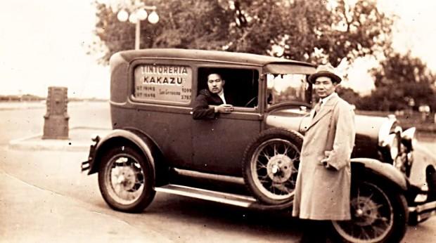 Auto de reparto a domicilio de la Tintorería Kakazu, Santa Fe. Foto tomada en la costanera santafesina. Circa 1945.