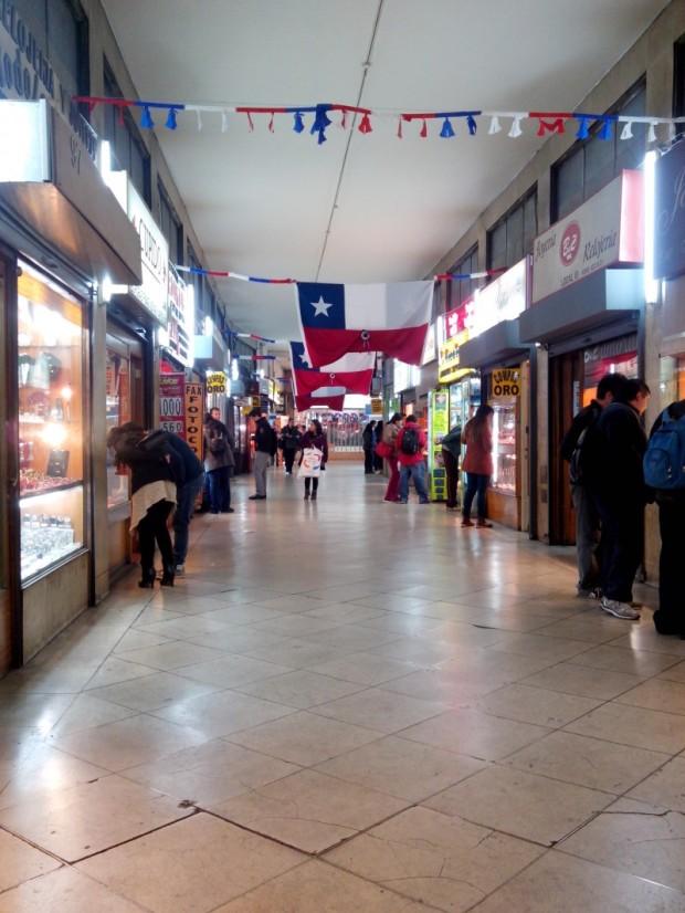 galería comercial con motivos patrióticos