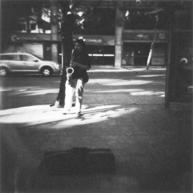 Saxofonista en la salida del metro Pedro de Valdivia, Av. Nueva Providencia.