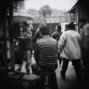 Un tipo posando para que le hagan su caricatura
