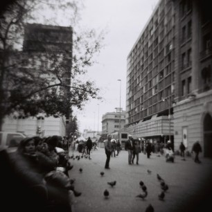 Alrededor de la plaza se encuentran muchos personajes: locos, drogados, borrachos y gente que va a hacer las compras. Pero todos se comportan (más o menos bien) porque está lleno de carabineros.