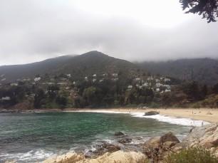 una bahía hace que la playa sea tranquila