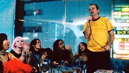 Bill Murray cantando en un karaoke con mucho glamour