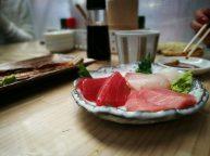 Sashimi de atún y atún toro (con mas grasita, es el más rosado)
