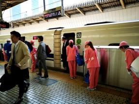 personal de limpieza esperando a entrar al tren